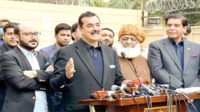 یوسف گیلانی کی نامزدگی سے حکومتی حلقوں میں کھلبلی: فضل الرحمن، اسٹیبلشمنٹ غیر جانبدار ہے: سابق وزیراعظم