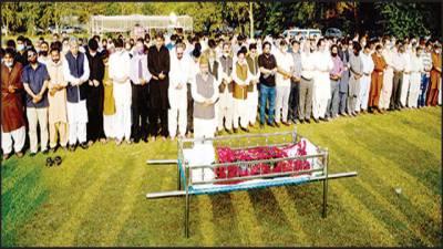 بانی خبریں گروپ ضیاء شاہد سپردخاک' نماز جنازہ راغب نعیمی نے پڑھائی
