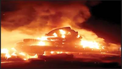 بجلی کے تار ٹکرانے سے کپاس سے لوڈ ٹرالر میں آگ لگ گئی شعلے دور تک نظر آتے رہے