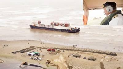 کراچی: پھنسے جہاز سے ایندھن نکال لیا گیا' امیر البحر کا فضائی معائنہ